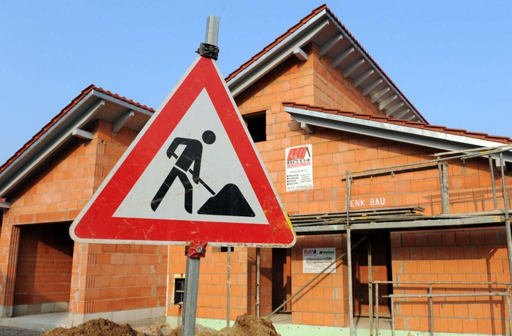 Von einer Baustelle im Rems-Murr-Kreis wurde ein Bagger weggefahren (Symbolbild). Foto: dpa/Armin Weigel