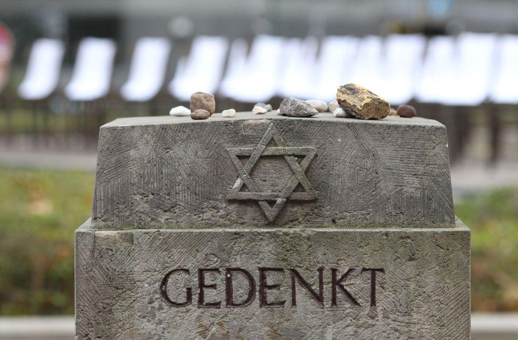 """Auf der """"Mauer der Namen"""" sollen die Namen von rund 52.000 Menschen eingemeißelt werden, die während des Zweiten Weltkriegs zu Tode kamen(Symbolbild) Foto: dpa-Zentralbild"""