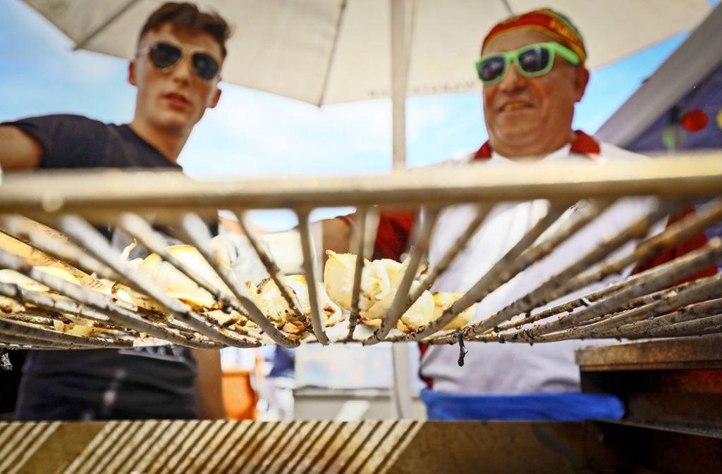 Gegrillter Fisch bei den Portugiesen ist einer der Renner beim Straßenfest. Diese feierten dieses Jahr das 50-jährige Jubiläum des Vereins. Foto: factum/