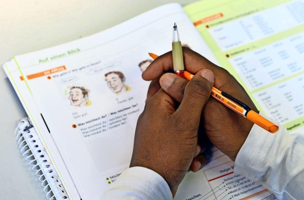Vor der beruflichen Qualifikation kommt der Sprachkurs. Die Bundesagentur für Arbeit will beides künftig enger miteinander verzahnen. Foto: dpa