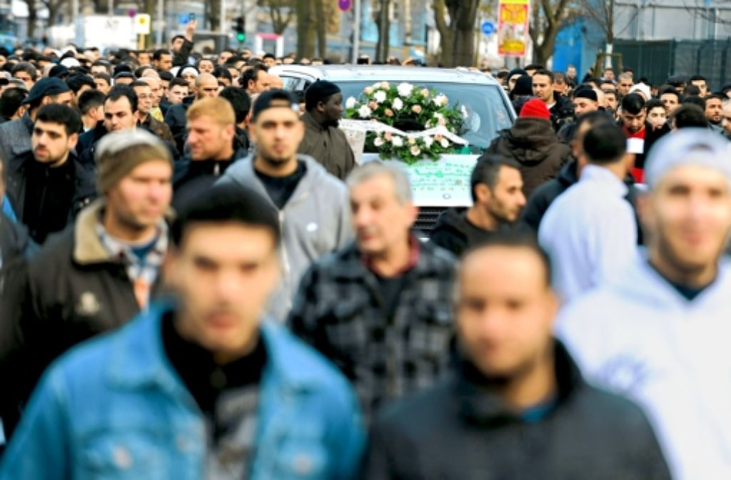Zahlreiche Trauergäste laufen am Freitag  zu der Neuköllner Sehitlik-Moschee in Berlin. Sie nehmen an einer Trauerfeier für den Getöteten teil. Foto: dpa