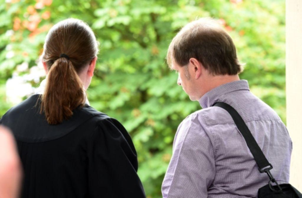 Justizopfer Harry Wörz im Landgericht Karlsruhe zusammen mit seiner Anwältin Sandra Forkert-Hosser. (Archivfoto) Foto: dpa