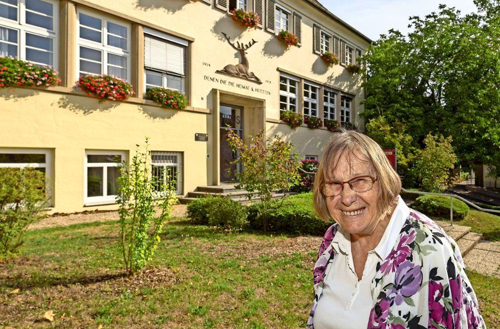 Luise Frohnmaier  vor der  ehemaligen Schule in Hirschlanden, die heute Verwaltungsstelle istAls die neue Schule stand, zog  der Kindergarten dort ein Foto: factum/Weise