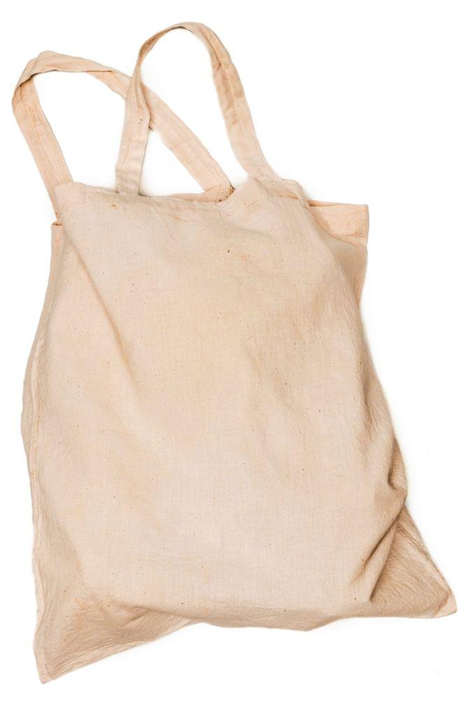 Der Jutebeutel: Umweltexperten und Naturschützer sagen: Am nachhaltigsten ist noch immer die wiederverwendete Einkaufstasche – also der klassische Jutebeutel. Aber: der konventionelle Baumwoll-Anbau und somit die Herstellung einer solchen Stofftasche sind sehr ressourcenintensiv. Die Stofftasch ist also nur dann besser für die Ökobilanz als Plastiktüten, wenn sie immer und immer wieder benutzt wird. Das britische Umweltministerium sprach kürzlich sogar von 131 Mal. Inzwischen gibt es aber auch mehr Beutel aus zertifizierter Biobaumwolle.  Foto: rdnzl/Adobe Stock