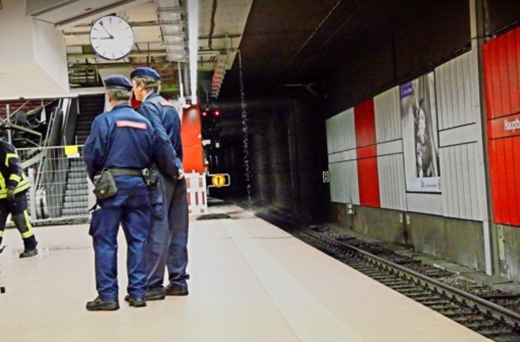 Beim abgesperrten Aufgang tropft Wasser auf den S-Bahnsteig. Weitere Bilder vom Wassereinbruch im Stuttgarter Hauptbahnhof sehen Sie in unserer Fotostrecke. Foto: 7aktuell.de/Reichert