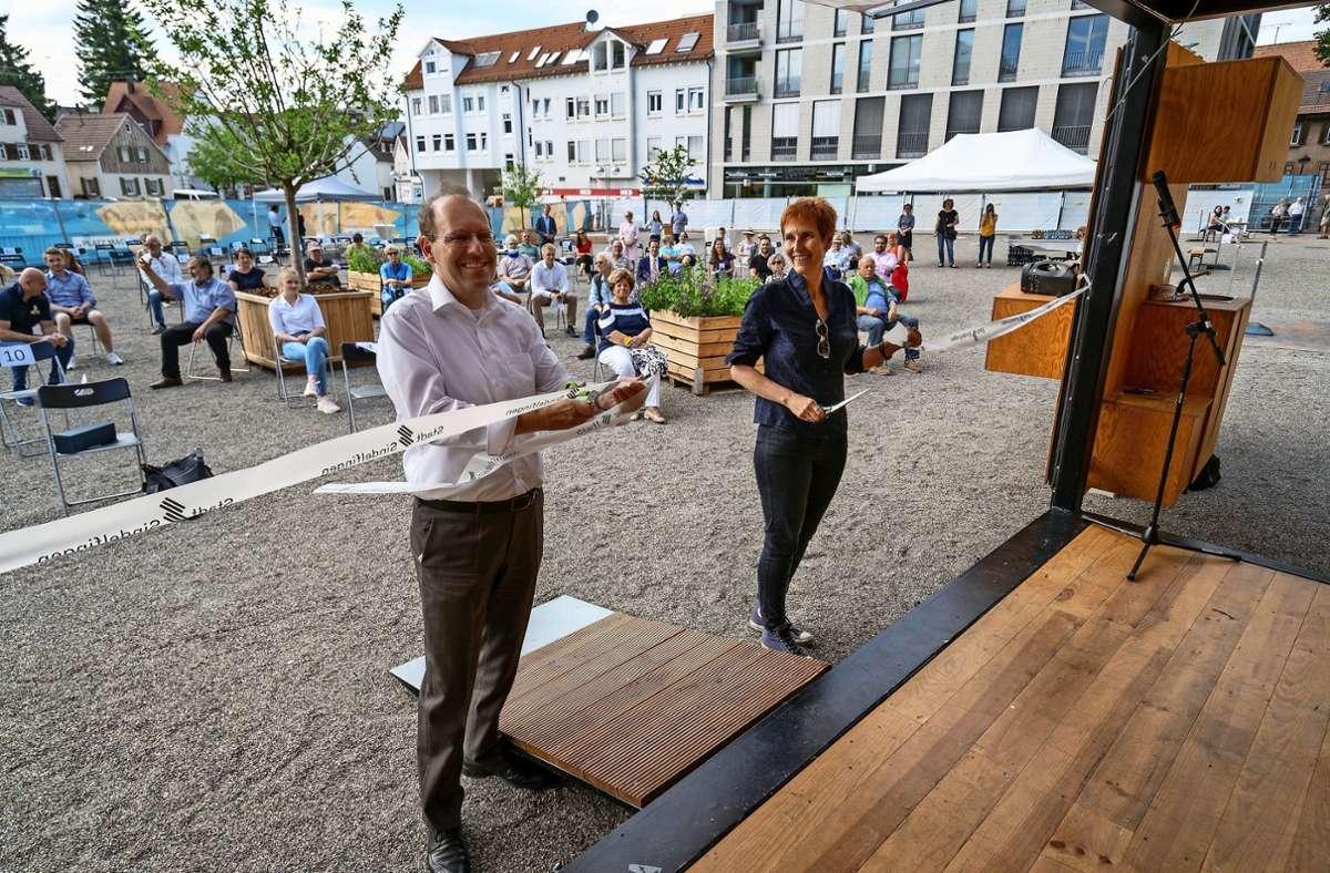Bernd Vöhringer und Baubürgermeisterin Corinna Clemens durchschneiden das Band. Foto: factum/Jürgen Bach