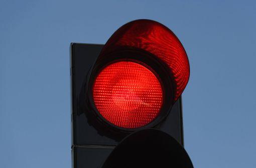 Polizei kontrolliert Verkehr – 18 Autofahrer ignorieren rote Ampel