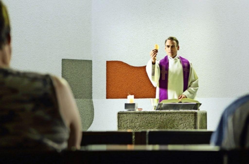 Es geht nicht immer nur um den Leib Christi: Sebastian Blomberg als  Gefängnispfarrer Jakob Völz. Foto: Camino Filmverleih