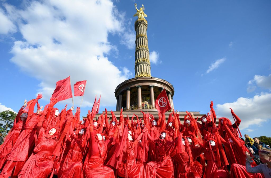 Die Demonstranten von Extinction Rebellion am Montag in Berlin – ihr Logo ziert eine Sanduhr. Foto: dpa/Christophe Gateau