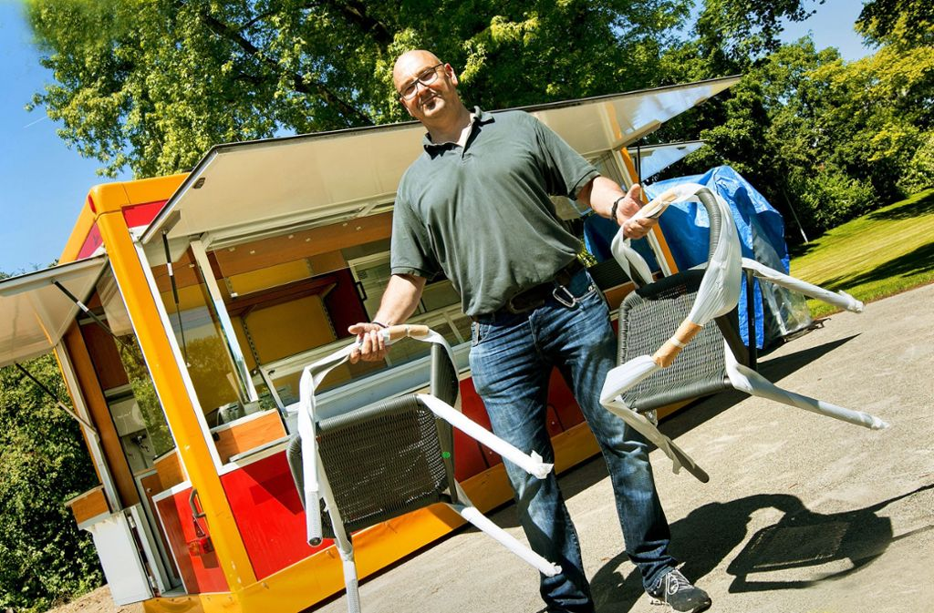 Bis der Kiosk fertig ist,  serviert Mathias Pulvermüller aus dem Imbisswagen. Foto: Ines Rudel