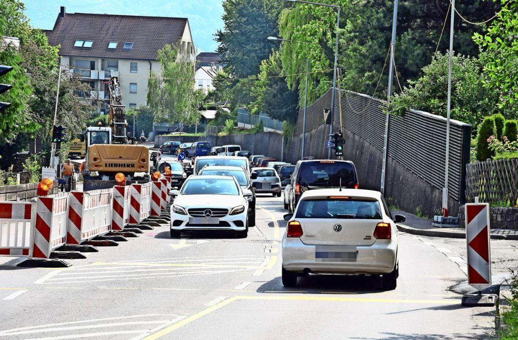 In der Heumadener Straße  haben gestern die Umgestaltungsarbeiten begonnen. In Fahrtrichtung zum Dürrbachkreisel wird eine Busspur eingerichtet. Foto: Mathias Kuhn