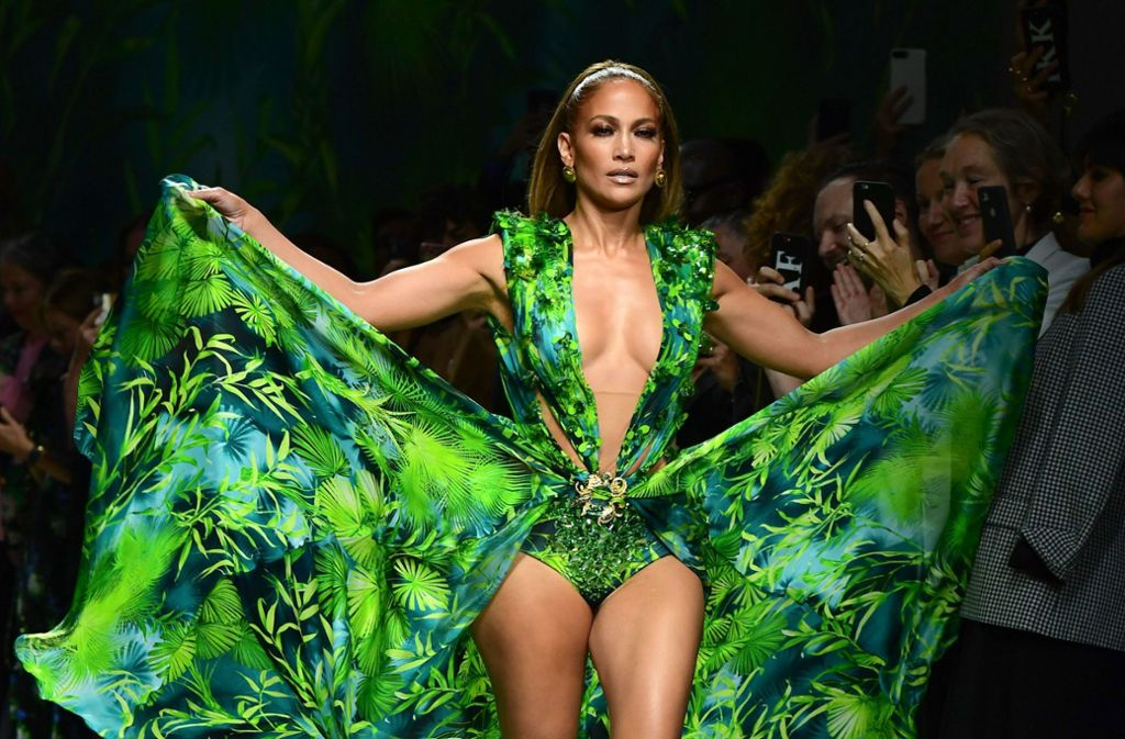 Es war das ikonische Kleid, das 2001 zum Entstehen der Google-Bildersuche führte und 2019 für das ultimative Highlight der Mailänder Modewoche sorgte: Jennifer Lopez im originalen Jungle-Dress von Versace. Foto: AFP/MIGUEL MEDINA
