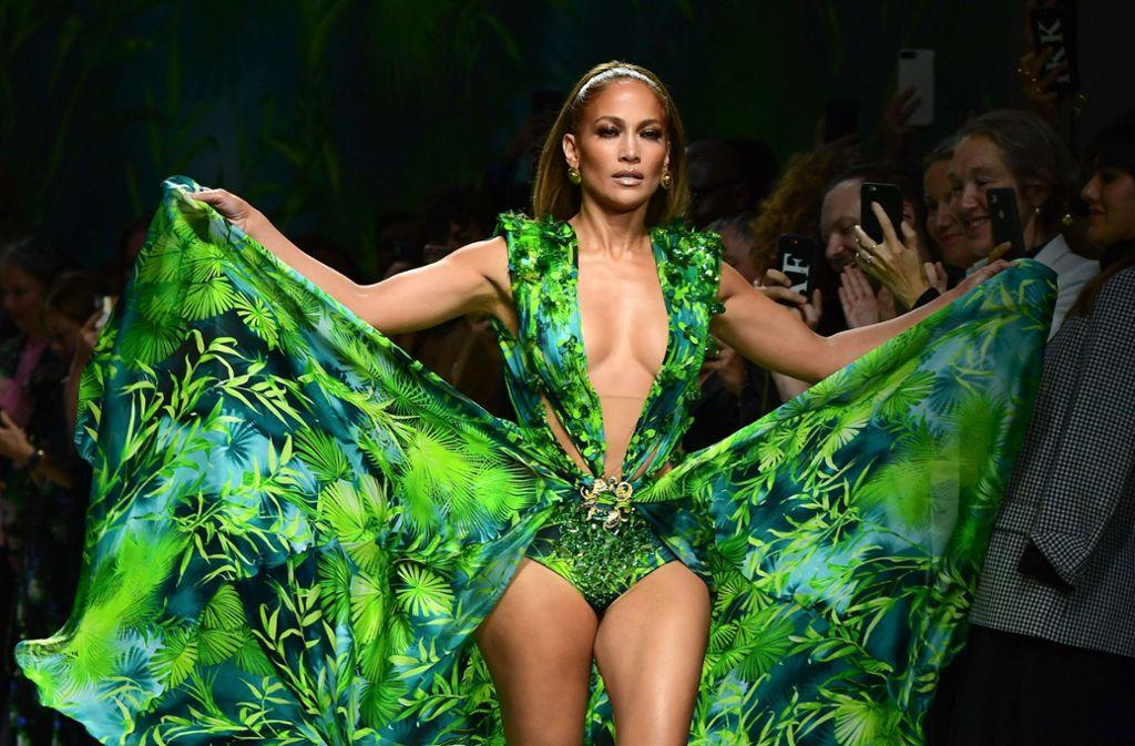 Es war das ikonische Kleid, das 2001 zum Entstehen der Google-Bildersuche führte und 2019 für das ultimative Highlight der Mailänder Modewoche sorgte: Jennifer Lopez im originalen Jungle-Dress von Versace. Foto: AFP/MIGUEL MEDINA