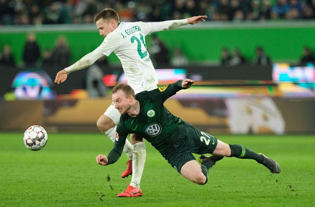 Wolfsburgs Mittelfeldspieler Maximilian Arnold (r.) und Bremens Maximilian Eggestein kämpften um den Ball. Foto: dpa