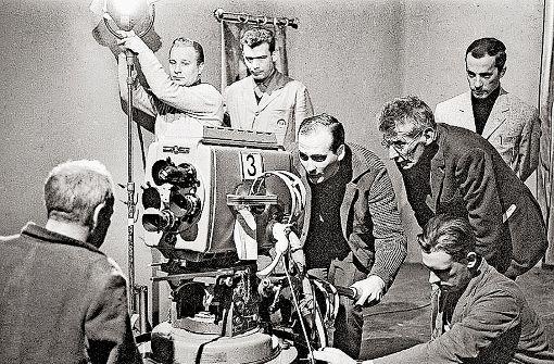 """Der SDR in Stuttgart bot ihm eine Heimat: Samuel Beckett (Mitte, rechts) bei den Dreharbeiten zu """"He Joe"""", 1966 Foto: SWR/Hugo Jehle"""