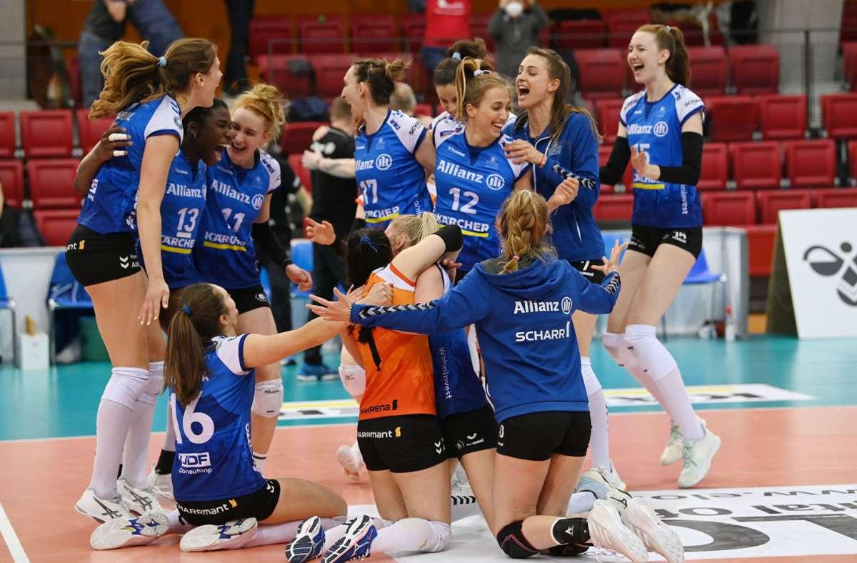 Ausgelassene Freude: Die überragende Krystal Rivers (Nummer 13) jubelt mit  ihren Teamkolleginnen nach dem Coup  gegen den Dresdner SC. Foto: dpa/Marijan Murat