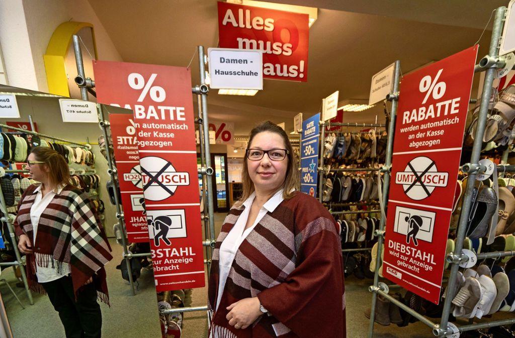 Kathrin Schweikert schließt in wenigen Tagen ihr Schuhgeschäft in Korntal. Was sie nicht verkauft, spendet sie. Klicken Sie sich durch die Bildergalerie. Foto: factum/Andreas Weise