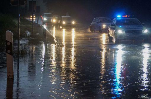 Blitzeinschlag und überflutete Straßen