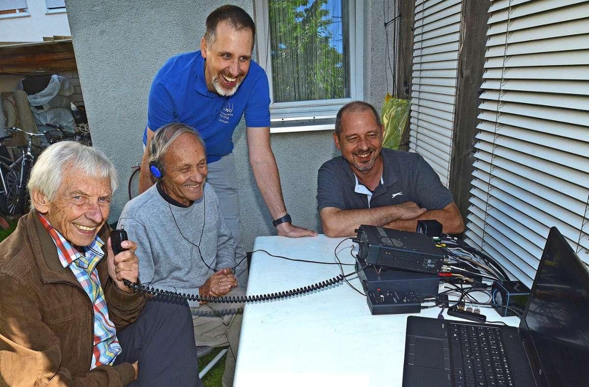 Bei schönem Wetter bauen Rolf Schick, Jochen Hassler, Jochen Schäuble und Stefan Baier (von links) auch mal eine Amateurfunkstelle mit Sende- und Empfangsgeräten im Garten auf. Foto:
