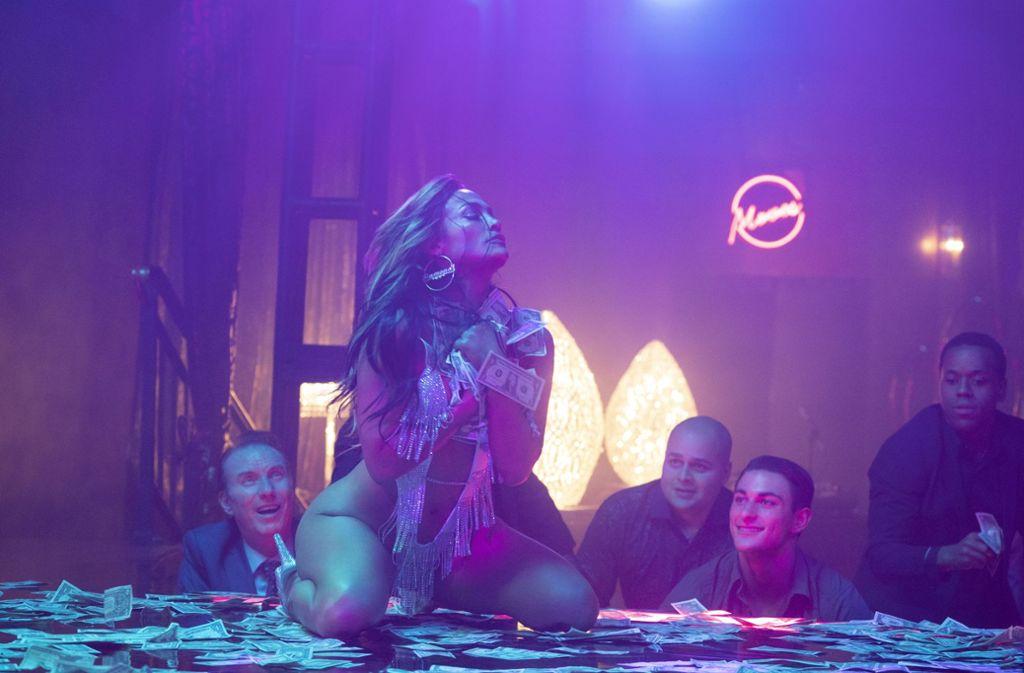 """Erst ein  Objekt der Begierde, dann die Anführerin einer Gang, die männliche Triebhaftigkeit ausnützt:  Jennifer Lopez als Stripperin in """"Hustlers"""" Foto: STXfilms/Barbara Nitke"""