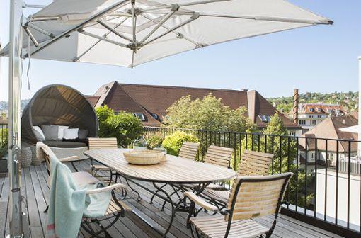 Die Terrasse mit Blick über die Dächer von Stuttgart ist eines der Highlights der Wohnung.