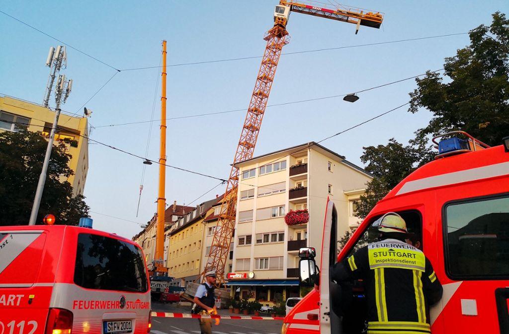 Die Feuerwehr war vor Ort, um den Kran zu bergen. Foto: Andreas Rosar