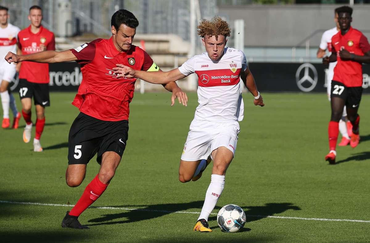 Julian Leist (li.), der Kapitän der SG Sonnenhof Großaspach,  im Duell mit Benedict Hollerbach (inzwischen beim SV Wehen Wiesbaden): Am 5. August gewann die SG im WFV-Pokal-Viertelfinale der Saison 2019/20 beim VfB II mit 1:0. Foto: Baumann