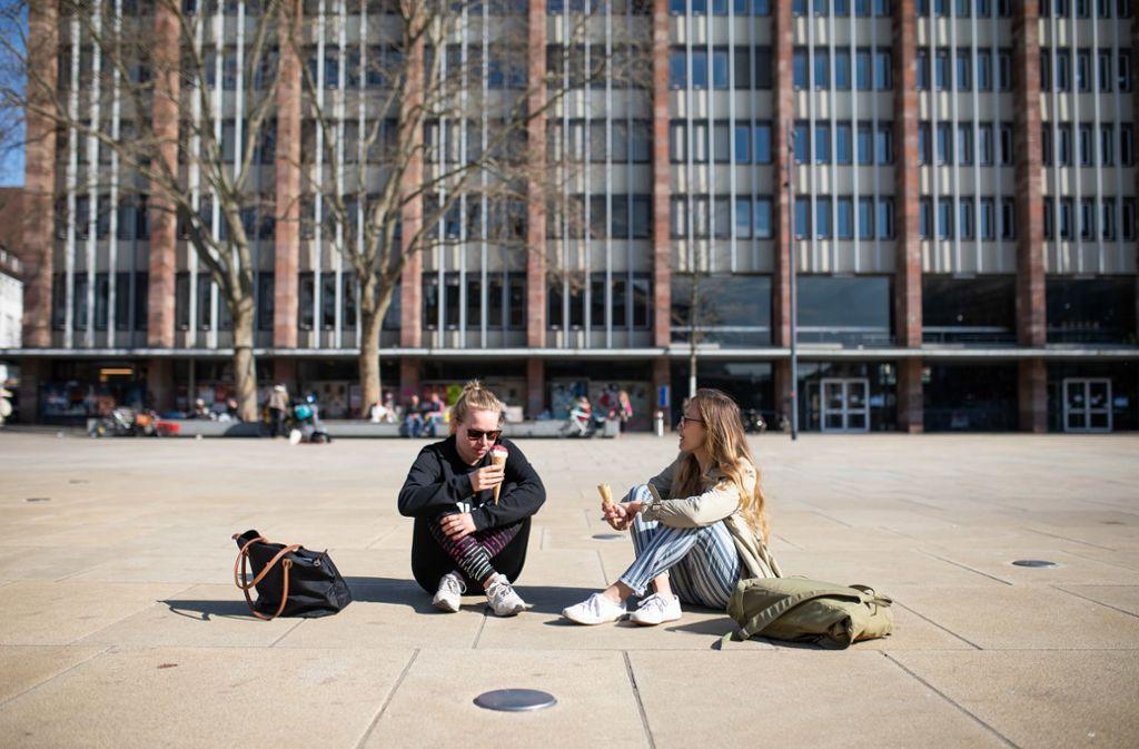 Öffentliche Plätze dürfen in Freiburg von Samstag an nicht mehr betreten werden. Foto: dpa/Philipp von Ditfurth