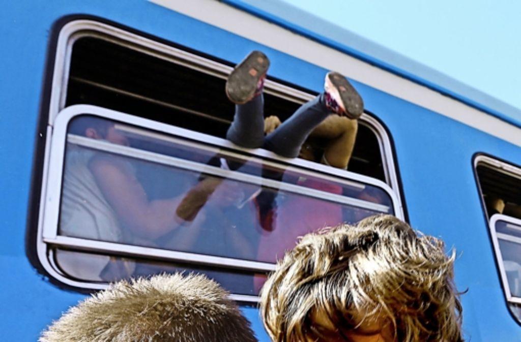 Flüchtlinge versuchen in Kroatien einen Platz im Zug zu bekommen. Foto: dpa
