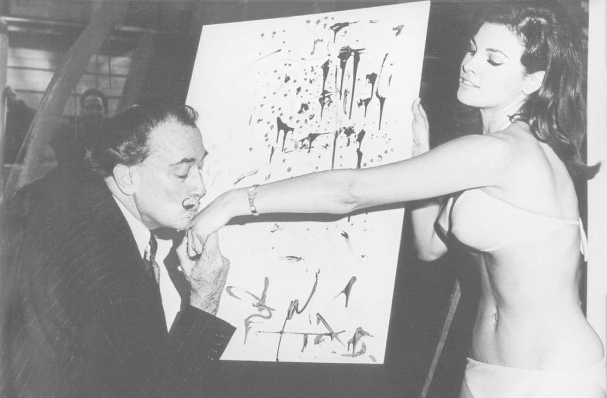 """In einem New Yorker Schaufenster steht Raquel Welch, Hauptdarstellerin des Films """"Eine fantastische Reise"""", dem spanischen Maler Salvador Dali Modell. Foto: dpa/Juan Cardenas"""