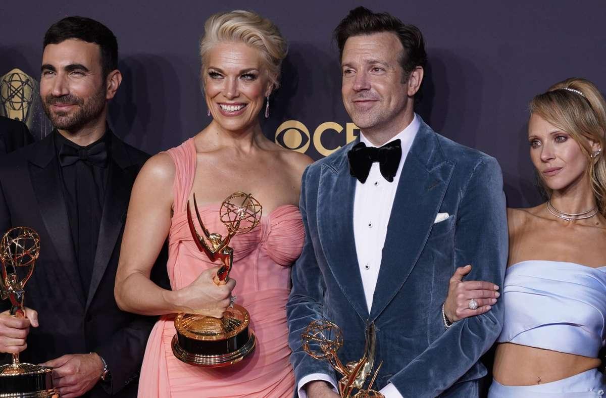 """Das siegreiche Team """"Ted Lasso"""": Brett Goldstein, Hannah Waddingham, Jason Sudeikis und Juno Temple mit einigen Emmy-Trophäen, die die Comedyserie """"Ted Lasso"""" gewonnen hat. Foto: dpa/Chris Pizzello"""