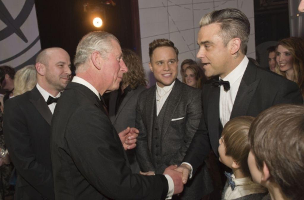Prinz Charles plaudert bei der Royal Variety Show mit Robbie Williams (rechts) und Olly Murs. Foto: Getty Images Europe