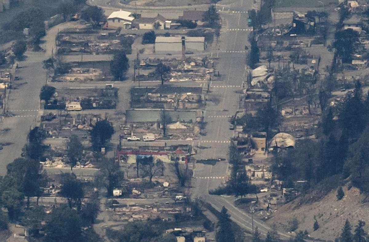 Vom Feuer zerstörte Gebäude sind in der Ortschaft Lytton  (kanadische Provinz British Columbia) zu sehen. In Kanada herrschen Rekordtemperaturen. Foto: Darryl Dyck/The Canadian Press/d