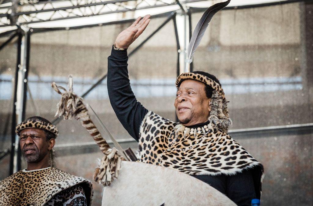 Zulu-König Goodwill Zwelithini (rechts)  fordert seine Untertanen auf, Marihuana anzubauen. Er ist das traditionelle Oberhaupt der größten Bevölkerungsgruppe Südafrikas. Foto: AFP/Rajesj Jantilal
