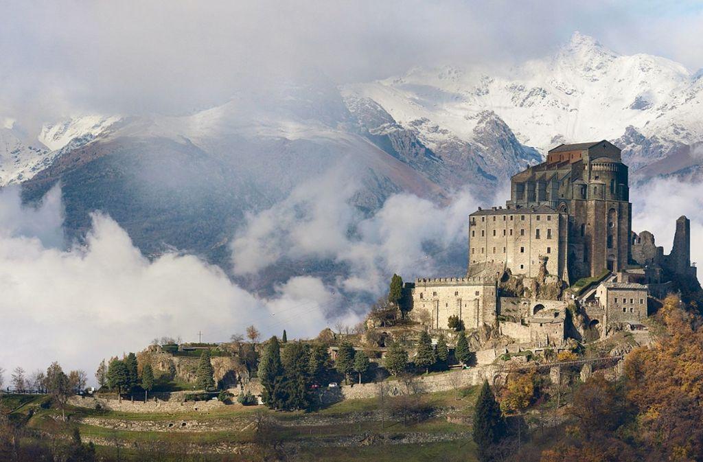 Rauch steigt aus dem Kloster Sacra di San Michele in ...