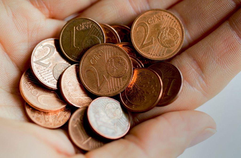 Mit der Hilfe von etwas Kupfergeld hat ein Trickbetrüger im Kreis Ludwigsburg einen 77-Jährigen bestohlen. Foto: dpa/Rolf Vennenbernd