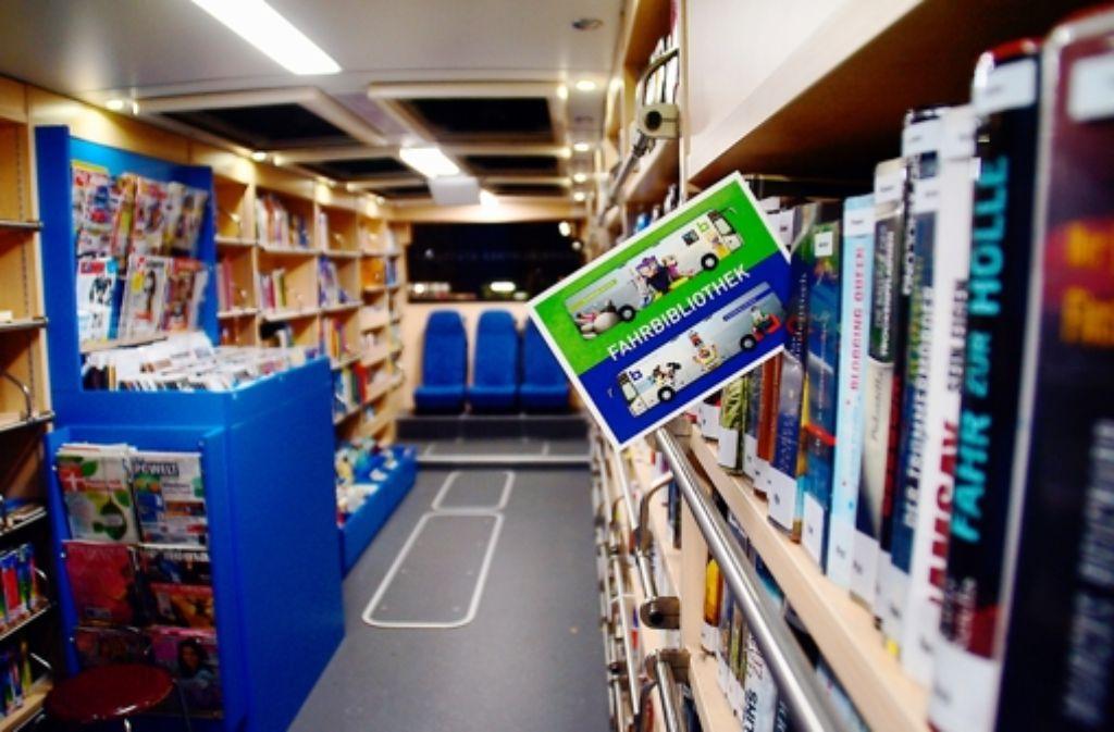 Nicht nur Bücher, sondern auch DVDs, CDs und Zeitschriften werden im Bücherbus verliehen. Das Sortiment wird jedes Jahr um 6000 bis 7000 Titel erweit Foto: Leonie Schüler