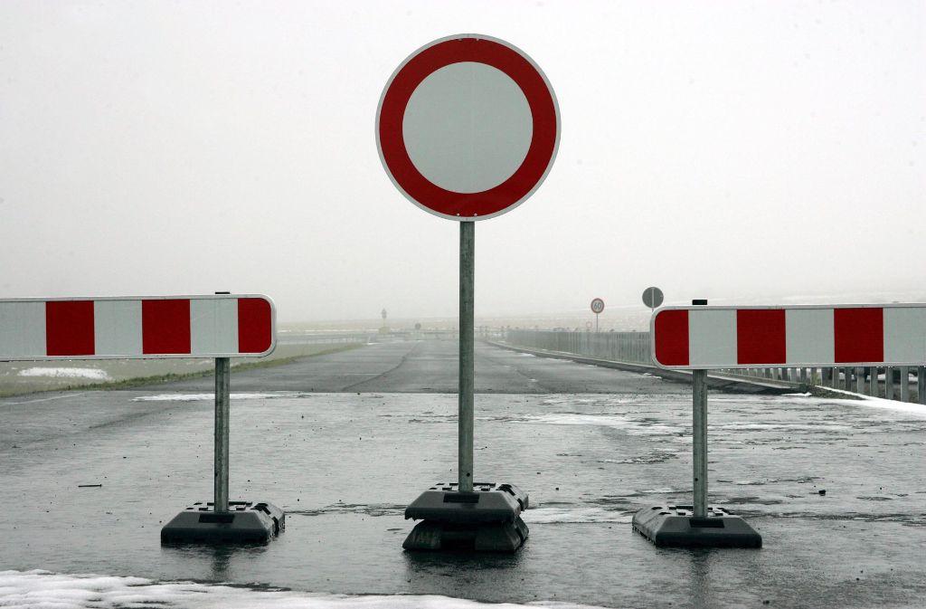 Kein Durchkommen auf der Landesstraße L 1189  bei Leonberg. Foto: dpa
