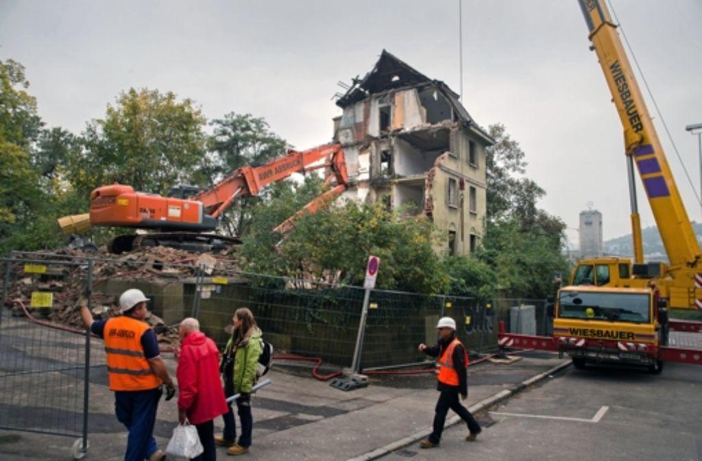 In der Sängerstraße wird derzeit ein Haus abgerissen, das dem Fildertunnel im Weg steht. In der folgenden Bilderstrecke zeigen wir weitere Tunnel- und Bauarbeiten, die wegen Stuttgart 21 und der U12 derzeit statttfinden. Foto: