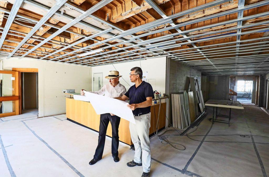 Der Pfarrer Traugott Plieninger (links) und der Architekt Joachim Appinger besprechen Details auf der Baustelle Ditzinger Gemeindehaus. Foto: factum/