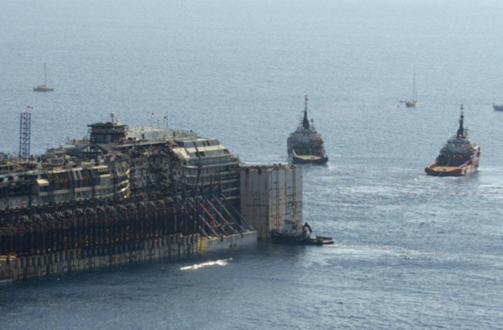 Die Costa Concordia wird von der Insel Giglio nach Genua geschleppt und soll dort verschrottet werden. Foto: dpa