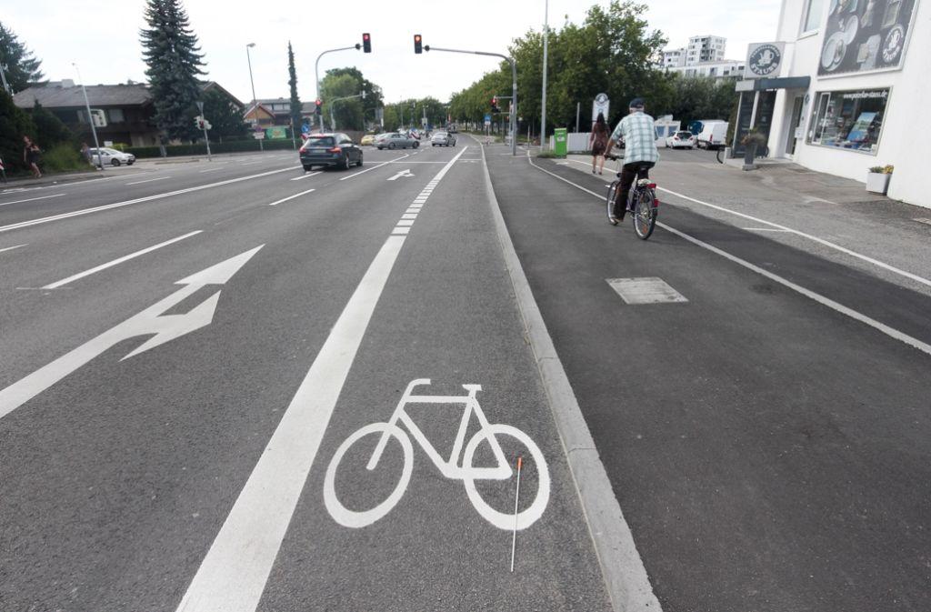 Auch dieser Herr verstößt gegen die Pflicht, den neuen Radweg zu benutzen. So gut wie jeder Radfahrer bleibt für die Strecke von 50 Meter auf dem Gehweg. Foto: factum/Granville