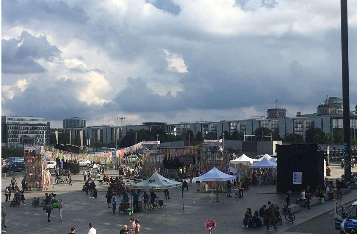 Die Böblinger Klimabänder wehen vor dem Hauptbahnhof in Berlin. Foto: Omas und Opas for future