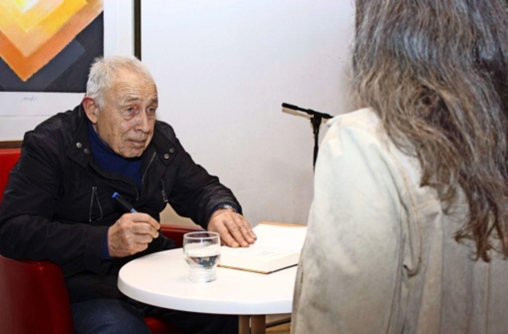 Die Erkältung sitzt Geißler noch in den Knochen. Dennoch signiert er am Donnerstag im Pavillon fleißig seine  Werke. Foto: Natalie Kanter