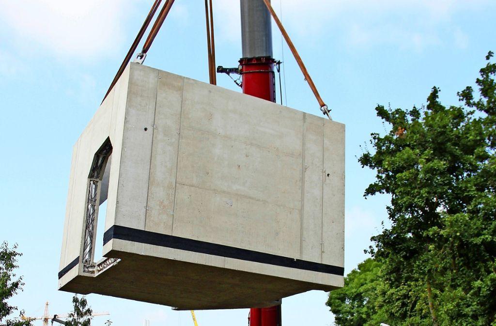 Das Schachtbauwerk, am Haken des Krans,  ist rund 50 Tonnen schwer. Foto: Chris Lederer