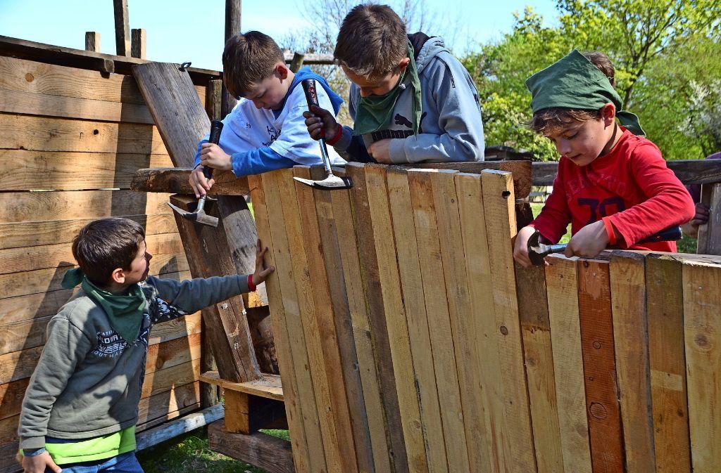 Im Hüttendorf  können sich die kleinen Besucher mit Hammer und Nagel versuchen. Foto: Fatma Tetik