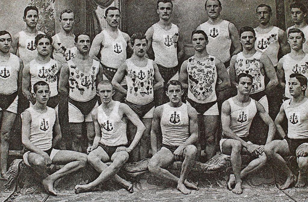 Die Wettschwimmmannschaft von 1910 präsentiert sich stolz im Bild. Foto: Caroline Holowiecki