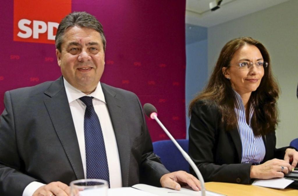 Genossen mit unterschiedlichen Botschaften: SPD-Chef Sigmar Gabriel und seine Generalsekretärin Yasmin Fahimi Foto: dpa