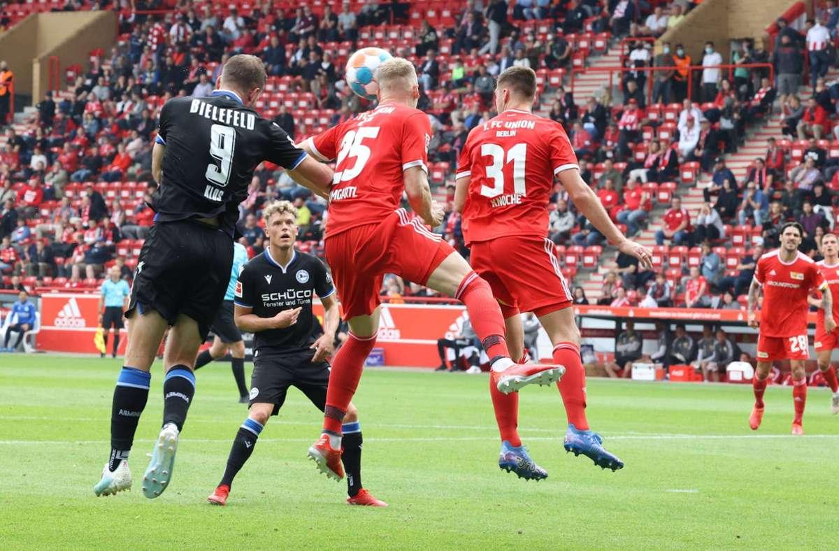 Bei diesem Kopfball-Duell prallten Timo Baumgartl und Fabian Klos zusammen. Foto: imago images/Nordphoto/nordphoto GmbH/Engler