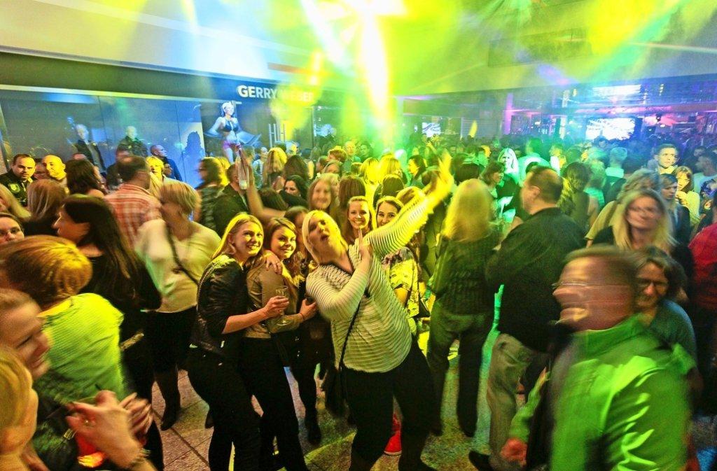 Freunde treffen, Cocktails schlürfen und tanzen, bis die Füße weh tun: Auch in diesem Jahr ist die Stimmung bei der Boa-Party im Leo-Center sensationell. Foto: factum/Granville